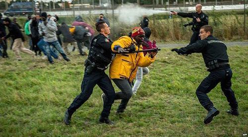 CalaisFrenchPoliceBattleMigrants[1]