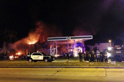 Violent riot in milwaukee leads to officer injured and multiple fires in the area 670x442
