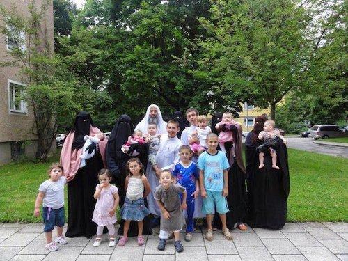 Muslimmanpolygamousfamily